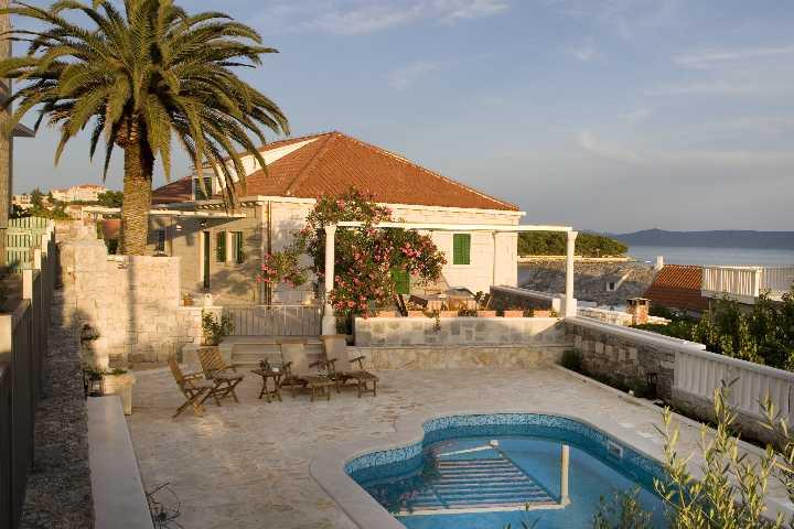 Villa con piscina vacanze sumartin isola di brac brazza for Isola gonfiabile piscina